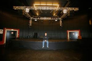 Esben Danielsen på Gimles scen som han själv varit med att bygga. Foto: privat